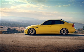 BMW M3 sedan carro amarelo vista lateral